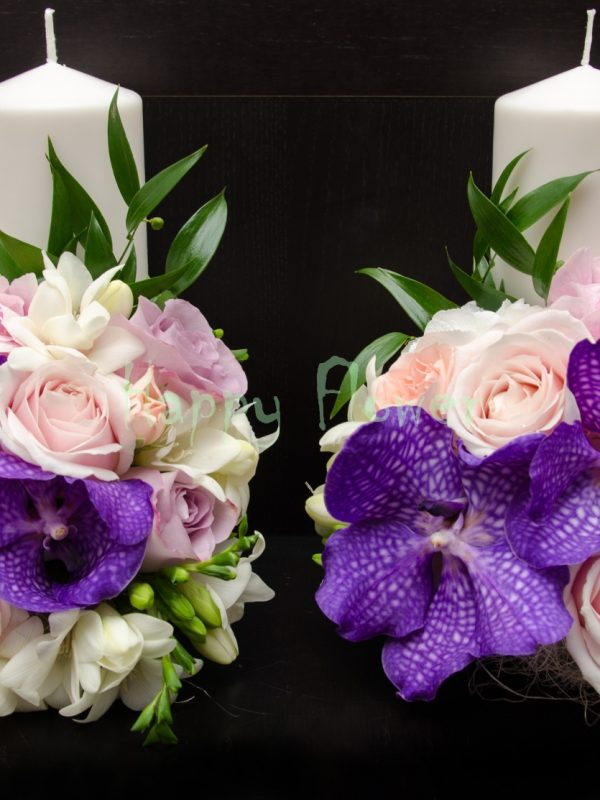 Lumanare scurta cu orhidee vanda mov, trandafiri pastel