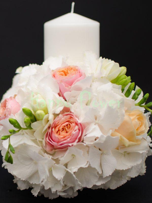 Lumanare scurta hortensii albe, trandafiri vuvuzela, trandafiri piersica, frezii albe