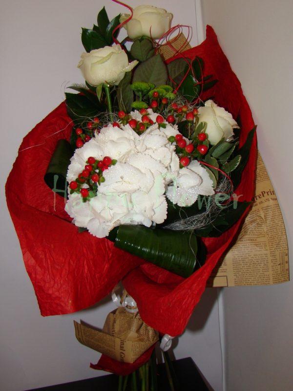 buchet-hortensie-alba-si-trandafiri-albi-hypericum-rosu