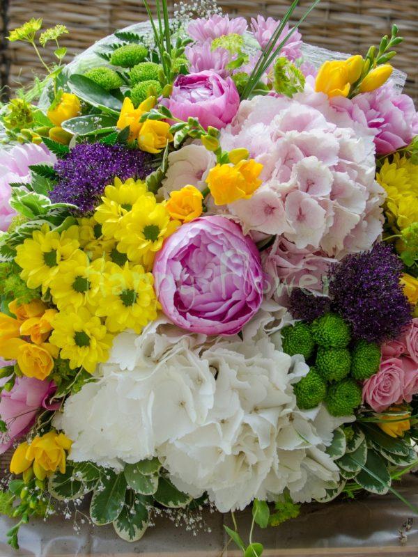 buchet-hortensii-si-bujori-frezii-crizanteme-miniroze