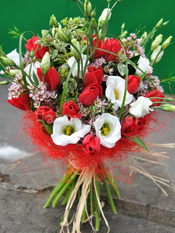 buchet-lalele-rosii-lisianthus-alb-waxflower-pittosporum