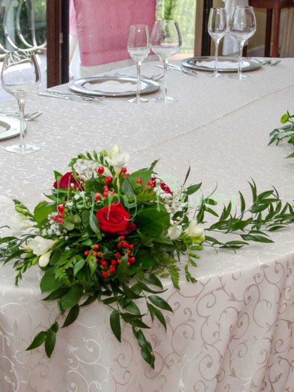 Aranjament de prezidiu din trandafiri rosii si trandafiri roz pal, frezii albe, santini verde