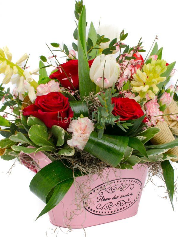 Jardiniera cu trandafiri si flori de primavara