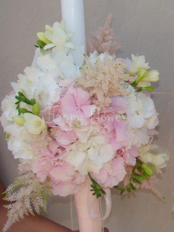 Lumanari nunta pastel, hortensii albe, hortensii roz pal, frezii, astilbe