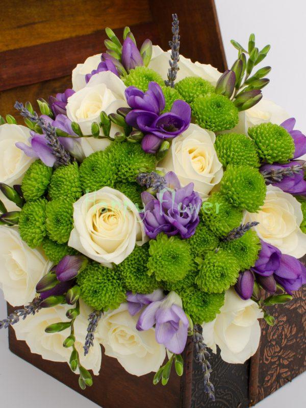 Buchet mireasa sau nasa din trandafiri albi, lisianthus mov, santini verde