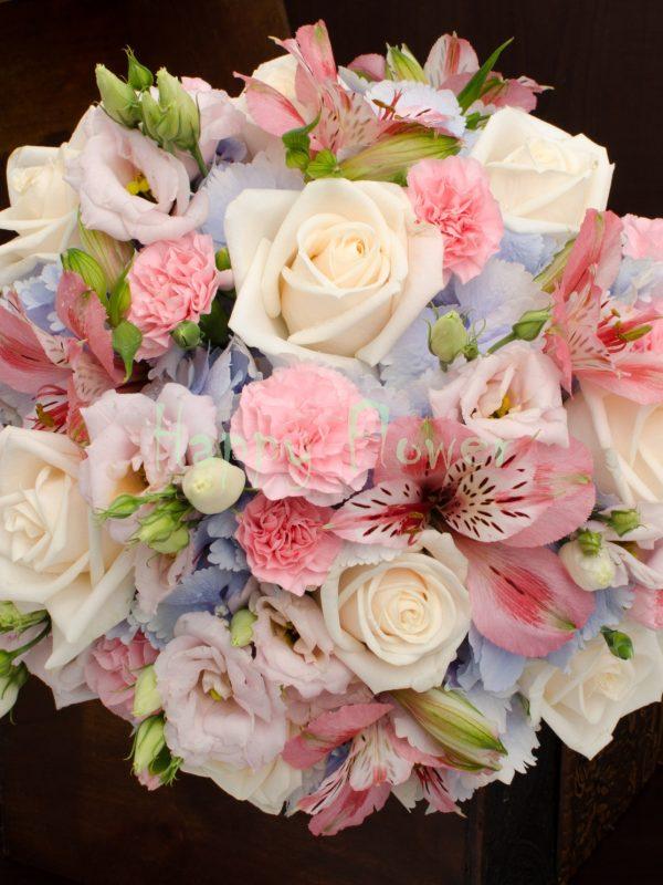 Buchet mireasa pastelat, hortensii bleu, trandafiri crem, alstroemeria, garofite