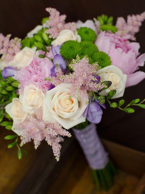 Buchet mireasa bujori roz, trandafiri crem, santini verde, frezii mov, astilbe roz
