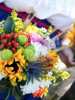 Buchet-mireasa-din-floarea-soarelui-si-flori-de-camp