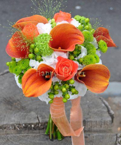 Buchet mireasa hortensii albe, trandafiri corai, cale portocalii, viburnum, hypericum verde