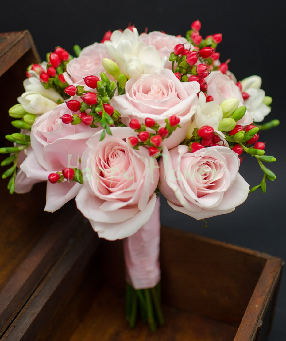 Buchet De Mireasa Nasa Cu Trandafiri Roz Hypericum Rosu Frezii