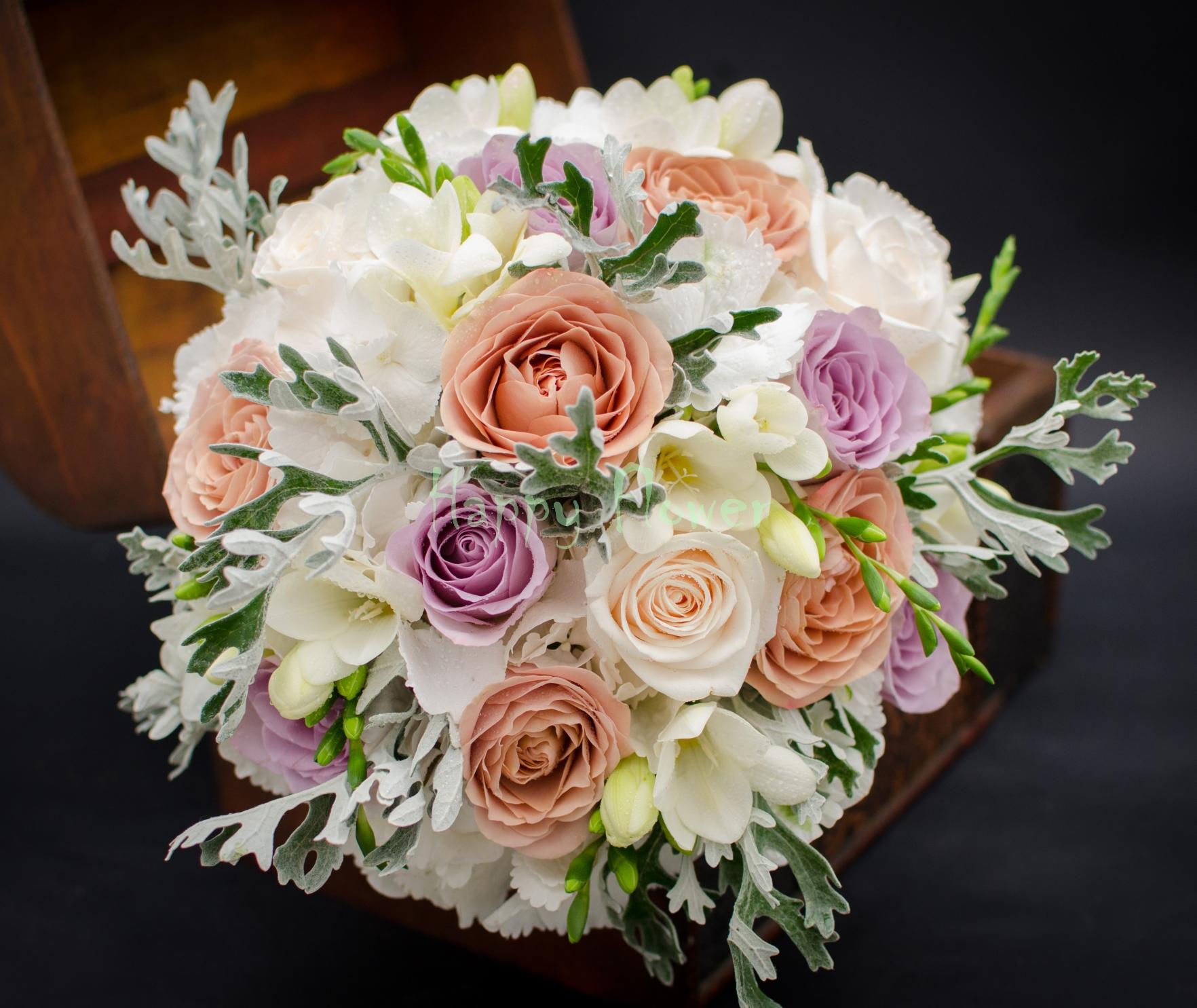 Buchet mireasa cu trandafiri Capuccino, hortensii albe, trandafiri crem, lila, frezii albe