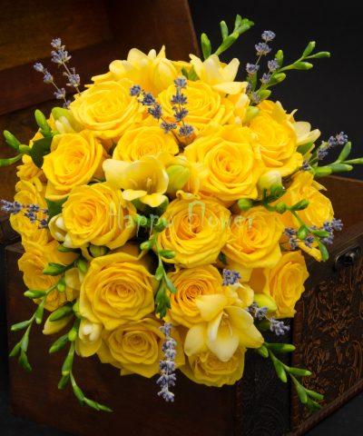 Buchet mireasa trandafiri galbeni, frezii galbene, levantica