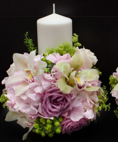 Lumanare scurta hortensii roz pal, orhidee, trandafiri mov
