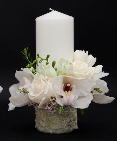 Lumanare scurta trandafiri crem, orhidee alba, frezii albe