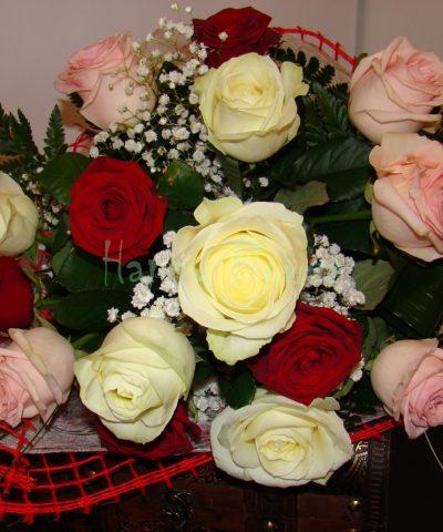 buchet-15-trandafiri-colorati-floarea-miresei-verdeata