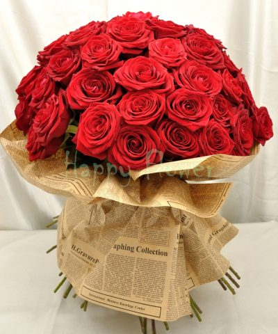 buchet-51-trandafiri-rosii-impachetat-in-ziar