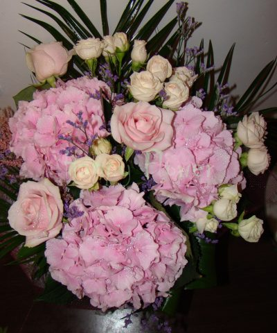 buchet-hortensii-roz-pal-miniroze-trandafiri
