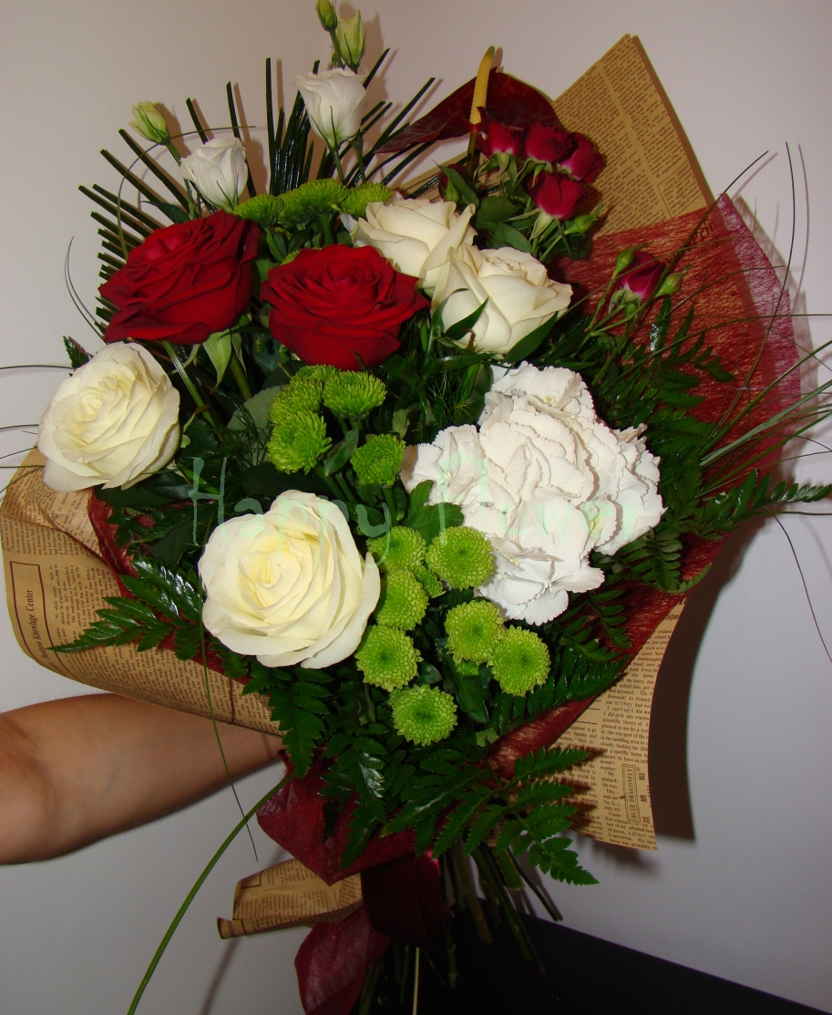 buchet-trandafiri-albi-trandafiri-rosii-santini-verde-hortensie-alba
