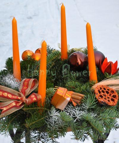 coronita-brad-cu-lumanari-portocalii-globuri-portocalii-si-ciocolatii