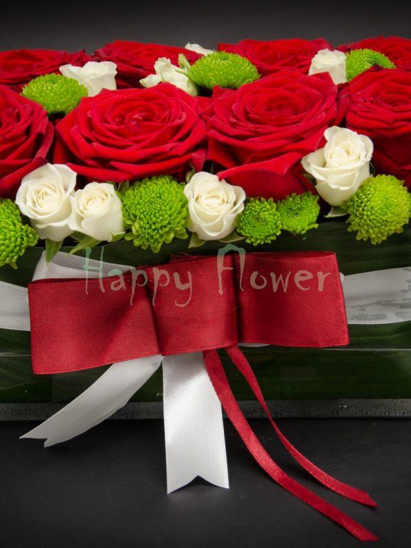 aranjament trandafiri rosii miniroze albe santini verde