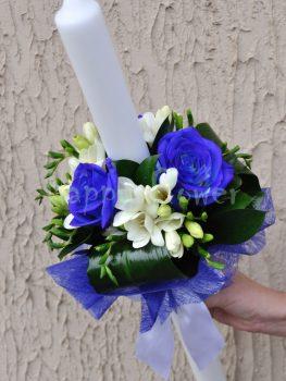 lumanare-botez-trandafiri-albastri-si-frezii-albe