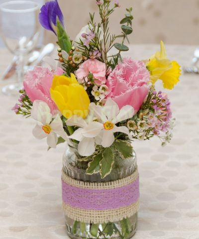 Aranjament de nunta in borcan decorat cu dantela si iuta, flori de primavara