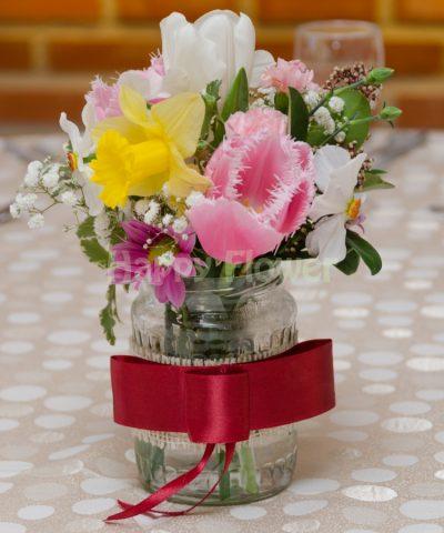 Aranjament floral in borcan decorat, flori de primavara