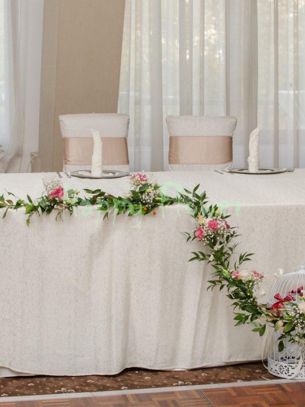 Aranjament prezidiu trandafiri crem lisianthus roz, floarea miresei