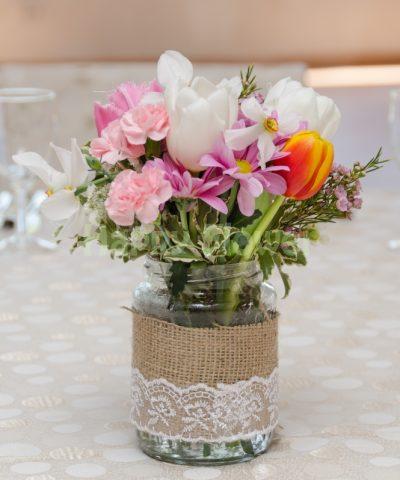 Borcan decorat cu floricele de primavara, lalele, garofite, crizanteme