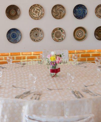 Aranjament de masa in borcan decorat cu floricele de primavara, lalele, narcise, minigerbera, floarea miresei
