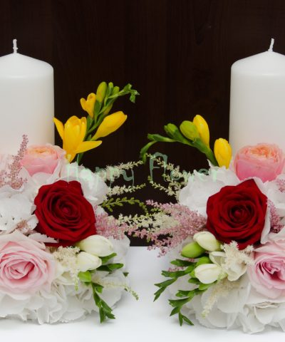 Lumanare-nunta-scurta-hortensii-albe-trandafiri-si-frezii