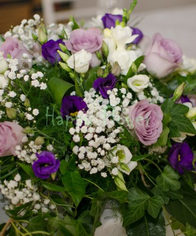 Aranjament prezidiu trandafiri mov frezii albe lisianthus mov inchis, floarea miresei, iedera
