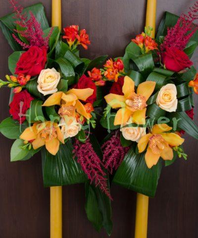 Lumanare din ceara naturala cu orhidee si trandafiri rosii, frezii, astilbe