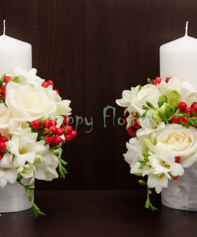 Lumanare scurta trandafiri albi, frezii albe, hypericum rosu