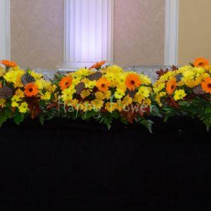 Aranjament prezidiu crizanteme galbene si minigerbera portocalie