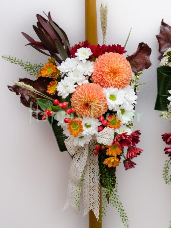 Lumanare ceara naturala dalii portocalii, crizanteme albe, leucadendron, hypericum, spice de grau