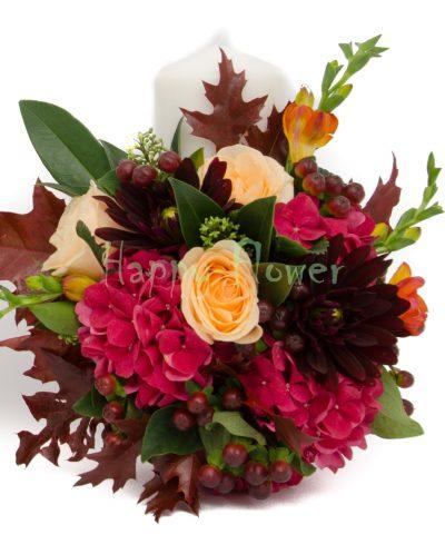 Lumanari scurte in culori tomnatice, hortensie burgundy, dalii grena, trandafiri piersica, frezii caramizii, frunze toamna