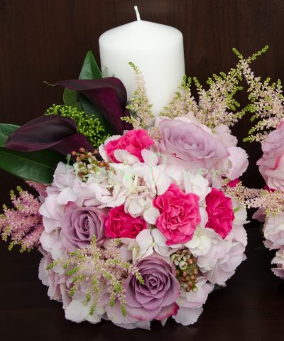 Lumanari scurte nunta hortensii albe, trandafiri mov, cale negre, miniroze fuchsia, astilbe roz
