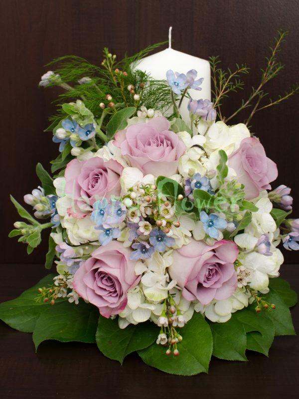 lumanare scurta trandafiri mov si hortensii albe