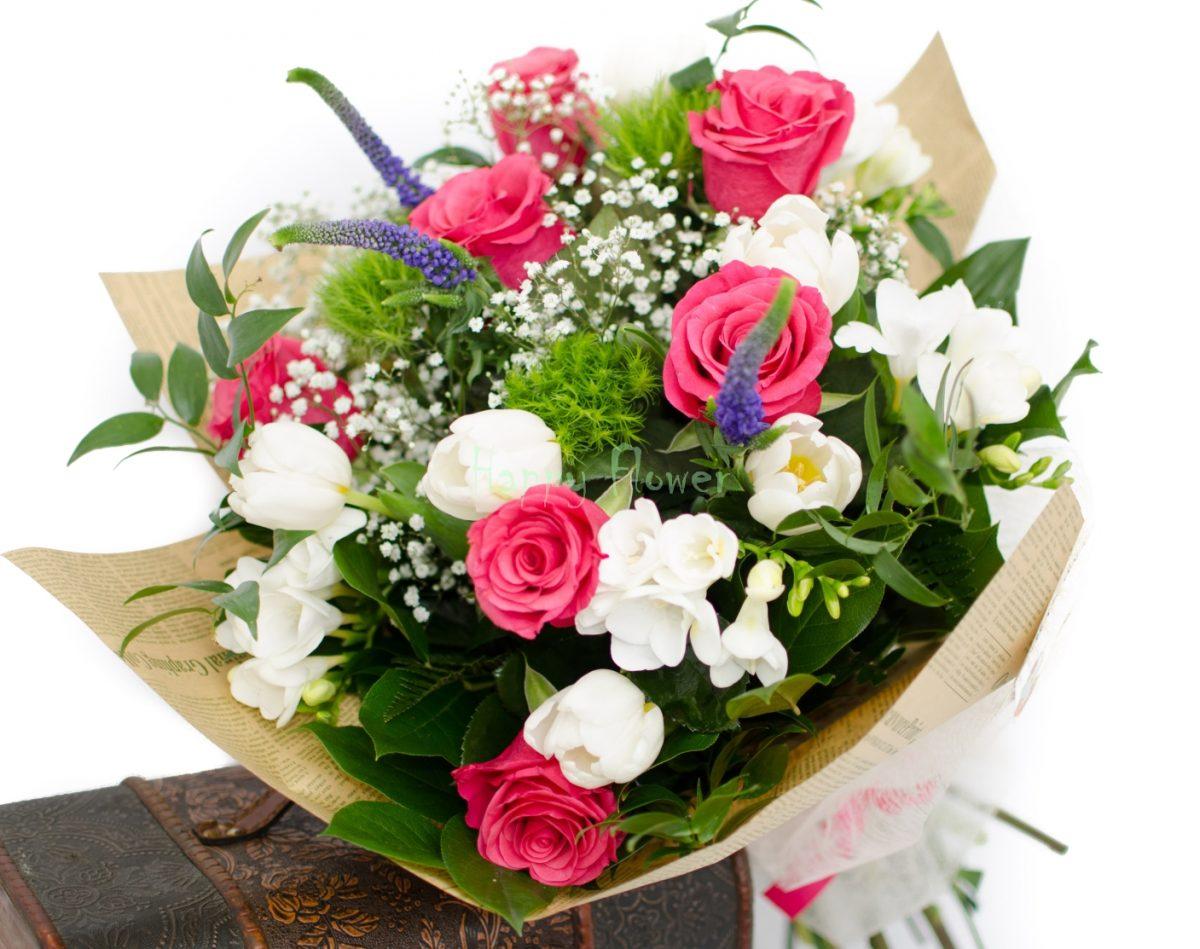 Buchet trandafiri fuchsia, lalele albe, frezii albe