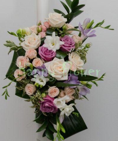 Lumanari nunta flori pastel, trandafiri, frezii, miniroze
