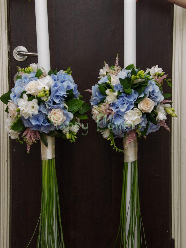 Lumanare nunta hortensii bleu, frezii albe, trandafiri crem