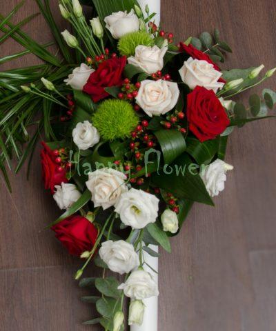 Lumanare cununie pe o parte din trandafiri albi, trandafiri rosii, hypericum rosu, garoafe verzi Trick
