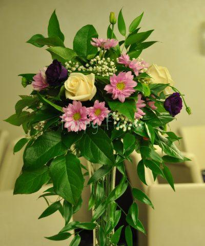 Aranjament de masa trandafiri ivoire, lisianthus mov, crizanteme roz