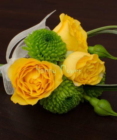 Cocarda nunta din miniroze galbene, santini verde, rotocol beargrass