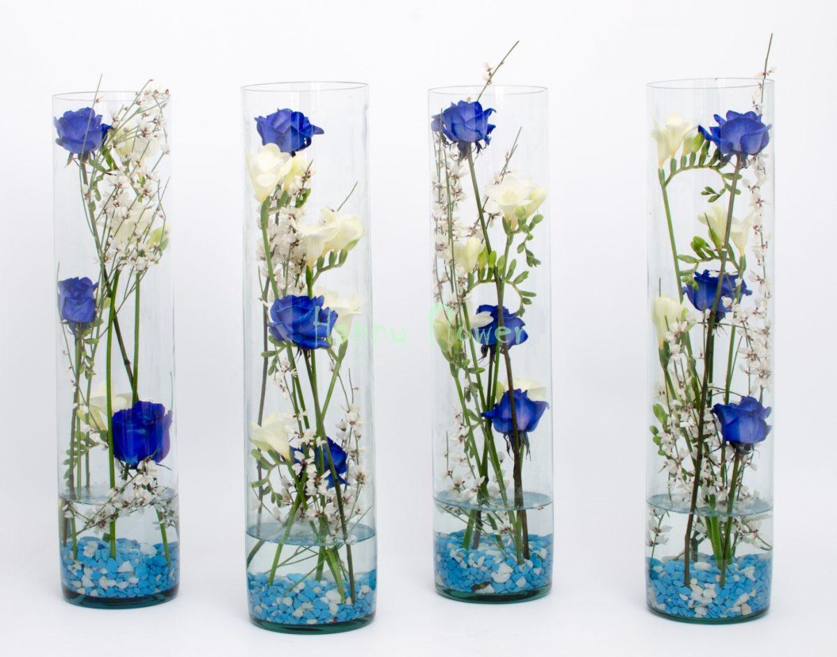 Aranjament floral nunta in cilindru, din trandafiri albastri si frezii albe, pietricele