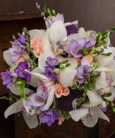 Buchet mireasa orhidee alba, miniroze, frezii mov, levantica