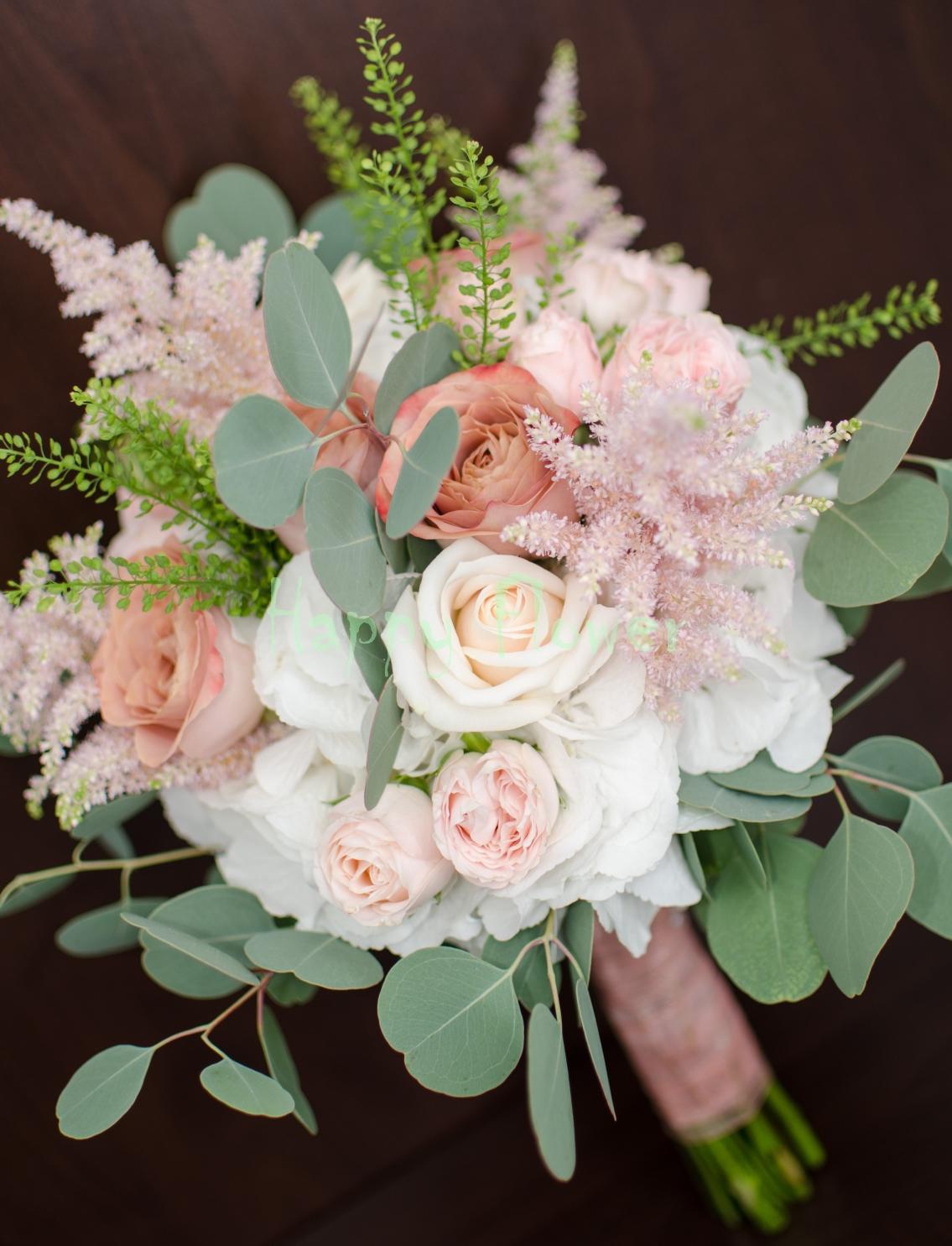 Buchet mireasa hortensii albe, trandafiri pastel, astilbe roz, eucalipt