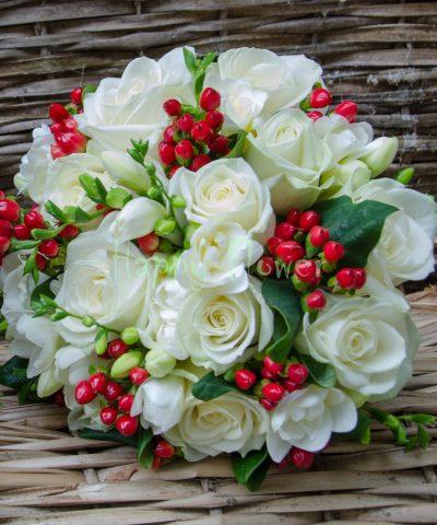 Buchet mireasa trandafiri albi, frezii albe, hypericum rosu
