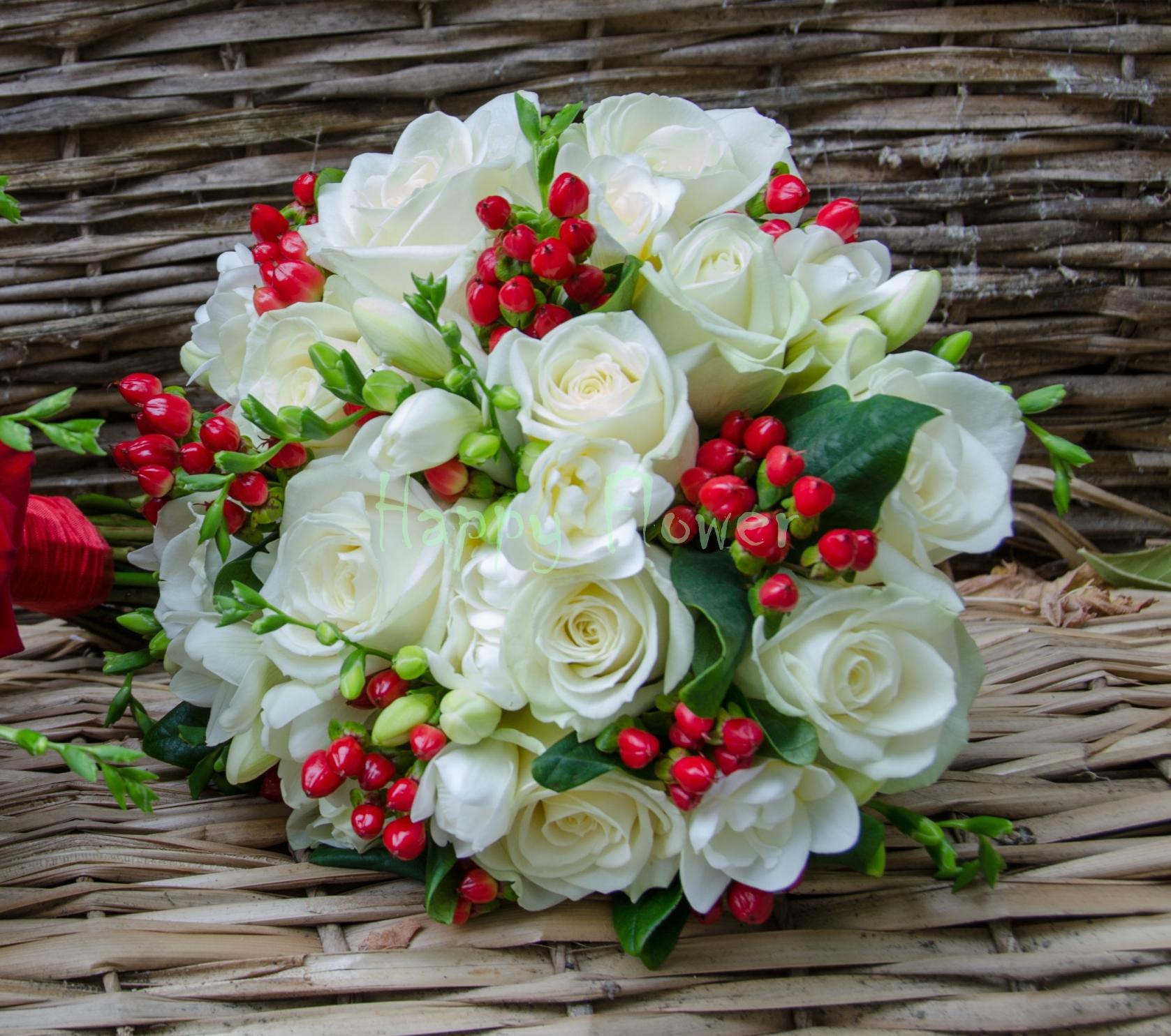 Buchet Mireasa Trandafiri Albi Frezii Albe Hypericum Rosu Happy